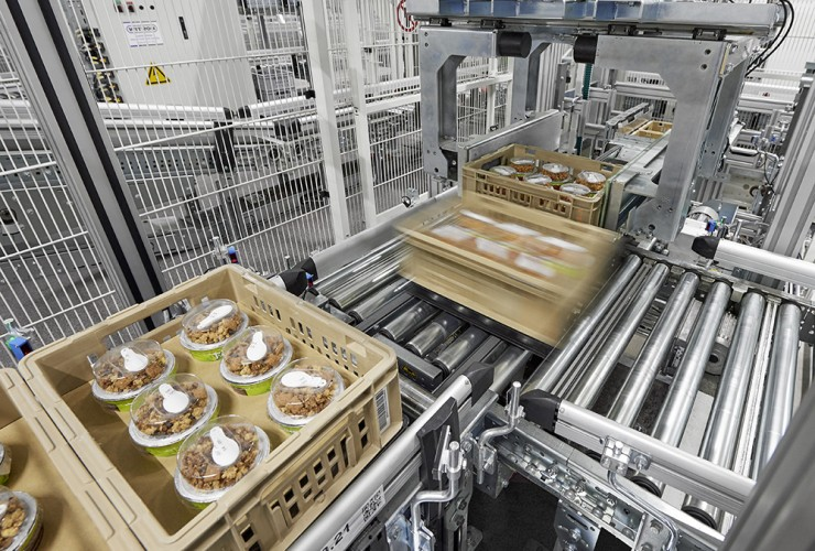 Fresh products such as salads, convenience food, meat, or deli products are consolidated to store-friendly units in the ATS in a fully automated manner.