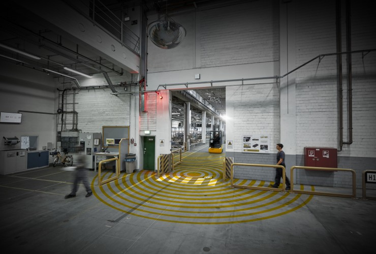 The radio beacon generates a radio field in the warehouse. If the truck and staff (equipped with a personal wireless tag) come too close, the system warns its surroundings using a warning light.
