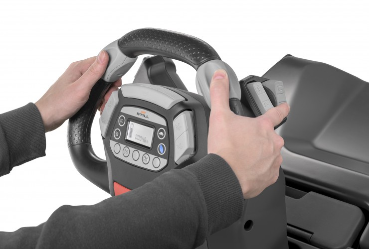 The height-adjustable STILL Easy Drive steering wheel can be controlled with just one hand – by both left and right-handed operators